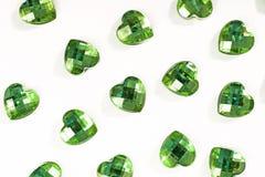 Fondo verde del cristallo di rocca Struttura di forma del cuore come foto bianca dello studio del contesto Cristallo del cristall Immagini Stock Libere da Diritti