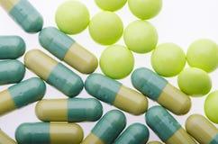 Fondo verde delle pillole sul bianco Fotografie Stock Libere da Diritti