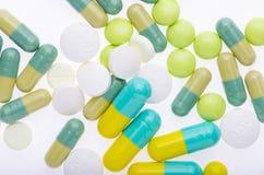 Fondo verde delle pillole sul bianco Immagini Stock Libere da Diritti