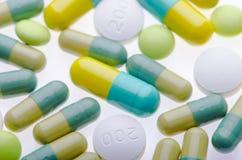 Fondo verde delle pillole sul bianco Fotografia Stock Libera da Diritti