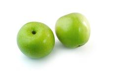 Fondo verde di bianco dell'isolato delle mele Fotografie Stock Libere da Diritti