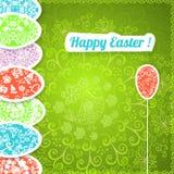 Fondo verde di Pasqua con le uova dell'ornamento Immagine Stock