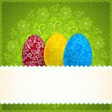 Fondo verde di Pasqua con le uova dell'ornamento Fotografie Stock