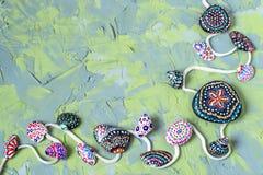 Fondo verde e blu con le pietre e le conchiglie dipinte a mano Fotografia Stock