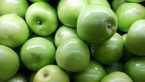 Fondo verde fresco delle mele con chiara illuminazione Fotografia Stock