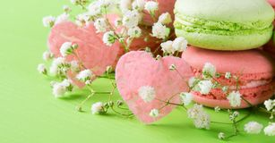 Fondo verde para todos los amantes, para el día de fiesta del día de tarjetas del día de San Valentín del St, con un macaron del  Fotografía de archivo libre de regalías