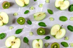 Fondo verde sano - frutas y verduras tajadas verdes foto de archivo