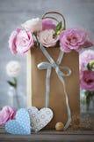 Fondo vertical con las flores, corazón de papel del día de tarjetas del día de San Valentín del St Fotografía de archivo