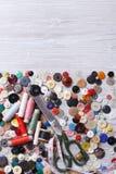 Fondo vertical de los accesorios para coser la visión superior Imagen de archivo libre de regalías