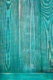 Fondo vertical de tres tableros de madera verdes sujetados por un tablón horizontal fotografía de archivo libre de regalías