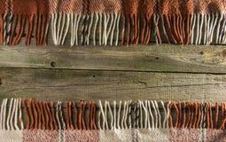 Fondo, viejos tableros con la pintura descolorada, y tela escocesa a cuadros Foto de archivo libre de regalías