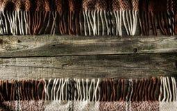 Fondo, viejos tableros con la pintura descolorada, y tela escocesa a cuadros Imagenes de archivo