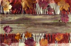 Fondo, viejos tableros con la pintura descolorada, y tela escocesa a cuadros Foto de archivo