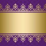 Fondo viola con l'ornamento decorativo dorato Fotografie Stock Libere da Diritti