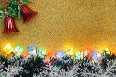 Fondo y árbol de navidad de la Navidad del oro Fotos de archivo libres de regalías
