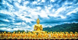 fondo y Buda de la montaña en Tailandia imagenes de archivo