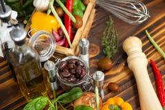 Fondo y condimento de las verduras frescas para la preparación de comida Ingrediente para la comida vegetariana de la preparación imagen de archivo libre de regalías