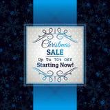 Fondo y etiqueta azules de la Navidad con el offe de la venta Fotografía de archivo libre de regalías