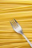 Fondo y fork del espagueti Fotos de archivo