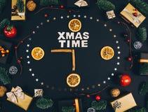 Fondo y marco elegantes del negro del Año Nuevo de la Navidad con los regalos Fotografía de archivo