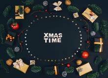 Fondo y marco elegantes del negro del Año Nuevo de la Navidad con los regalos Foto de archivo