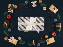 Fondo y marco elegantes del negro del Año Nuevo de la Navidad con los regalos Imagenes de archivo