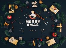 Fondo y marco elegantes del negro del Año Nuevo de la Navidad con los regalos Fotos de archivo libres de regalías