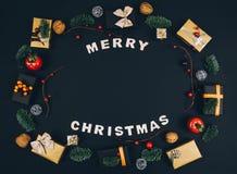 Fondo y marco elegantes del negro del Año Nuevo de la Navidad con los regalos Foto de archivo libre de regalías