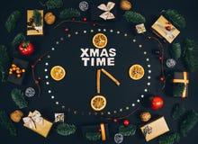 Fondo y marco elegantes del negro del Año Nuevo de la Navidad con los regalos Fotografía de archivo libre de regalías