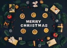 Fondo y marco elegantes del negro del Año Nuevo de la Navidad con los regalos Imágenes de archivo libres de regalías