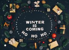 Fondo y marco elegantes del negro del Año Nuevo de la Navidad con los regalos Imagen de archivo