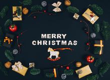 Fondo y marco elegantes del negro del Año Nuevo de la Navidad con los regalos Fotos de archivo