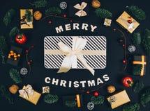 Fondo y marco elegantes del negro del Año Nuevo de la Navidad con los regalos Imagen de archivo libre de regalías
