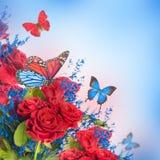 Fondo y mariposa florales Foto de archivo libre de regalías