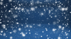 Fondo y nieve azules del invierno Fotos de archivo