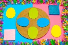 Fondo y salvapantallas en colores pastel dinámicos de Pascua con los regalos fotos de archivo