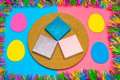 Fondo y salvapantallas en colores pastel dinámicos de Pascua con los regalos Foto de archivo libre de regalías