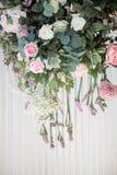 Fondo y texturizado de la flor que cuelga en la cortina blanca para casarse el contexto fotos de archivo libres de regalías