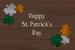Fondo y trébol de madera el día de St Patrick Foto de archivo libre de regalías