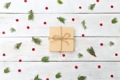 Fondos de la Navidad Bayas del viburnum con la picea y el regalo Imagen de archivo libre de regalías