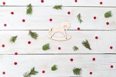 Fondos de la Navidad Bayas del viburnum con la picea y el woode Imagen de archivo
