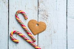 Fondos de la Navidad Decoración de la Navidad en fondo de madera con las galletas y el bastón Foto de archivo libre de regalías