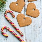 Fondos de la Navidad Decoración de la Navidad en fondo de madera con las galletas y el bastón Fotografía de archivo libre de regalías