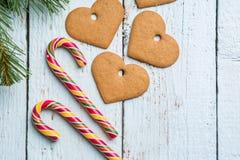 Fondos de la Navidad Decoración de la Navidad en fondo de madera con las galletas y el bastón Imagen de archivo