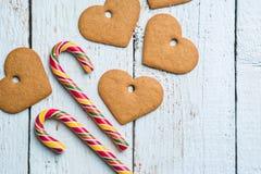 Fondos de la Navidad Decoración de la Navidad en fondo de madera con las galletas y el bastón Fotos de archivo