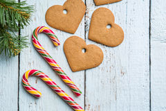 Fondos de la Navidad Decoración de la Navidad en fondo de madera con las galletas y el bastón Imagen de archivo libre de regalías