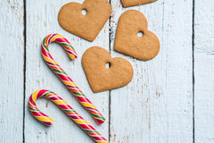 Fondos de la Navidad Decoración de la Navidad en fondo de madera con las galletas y el bastón Imagenes de archivo