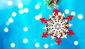 Fondos de la Navidad, estrella del árbol de navidad de la decoración en una rama de árbol en un fondo azul con las luces Imagenes de archivo
