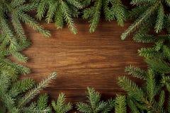 Fondos del abeto de la Navidad con las ramas verdes en fondo de madera rústico Foto de archivo libre de regalías