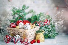 Fondos del invierno de la Navidad, decoraciones de la Navidad y ramas spruce en una tabla de madera Feliz Año Nuevo feliz Fotografía de archivo